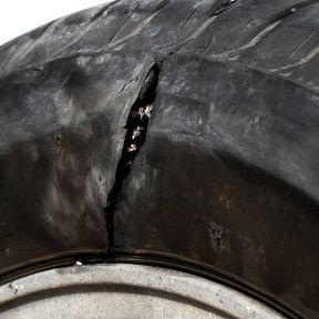 Altreifen entsorgen: Beschädigte Reifenflanke und Karkasse