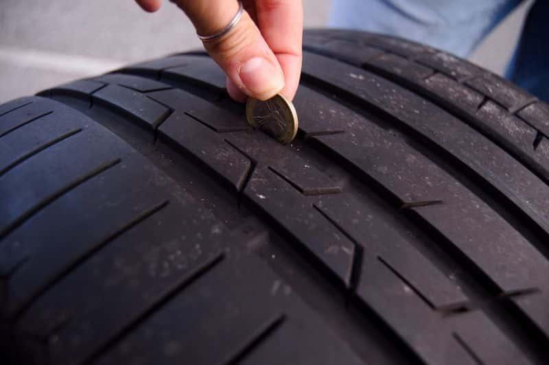 Alte Reifen entsorgen: wenn der goldene Rand einer Ein-Euro Münze im Hauptprofil sichtbar bleibt