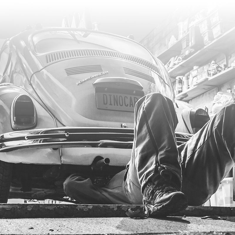 Mann repariert VW-Käfer in Werkstatt