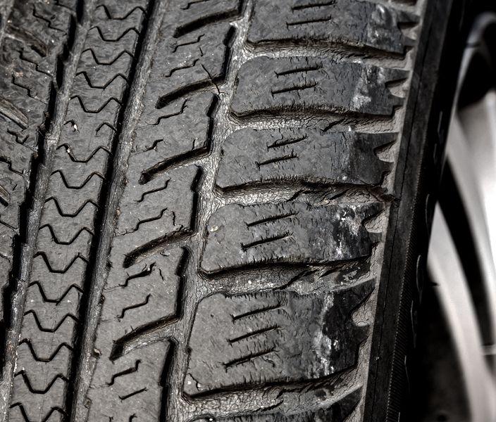 Reifen entsorgen Aufgrund von Rissen und spröder Reifenoberfläche