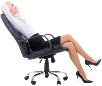 Frau entspannt im Bürostuhl
