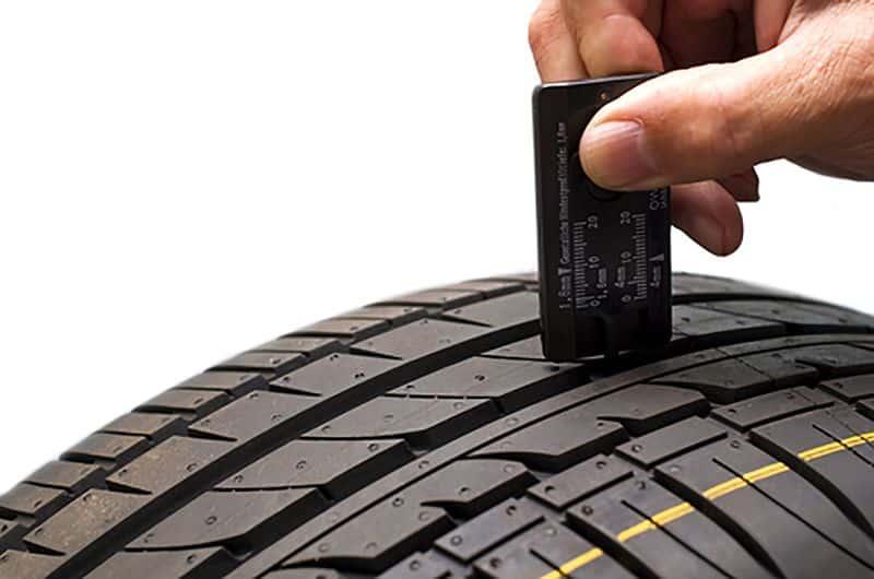 Zeigt der Reifenprofiltiefenmesser 1,6mm oder weniger, handelt es sich um einen Altreifen, der entsorgt werden muss
